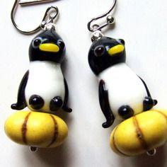 Boucles d'oreilles pingouins noir blanc en verre artisanal sur perle citrouille en howlite pierre semi-précieuse jaune accessoires