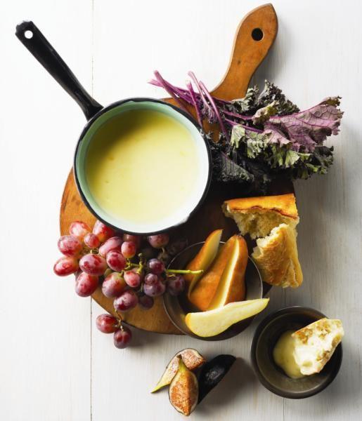 Portions: 8portions Ingrédients 300 g de gruyère, râpé 2 c. à soupe de fécule de maïs 250 ml (1 tasse)de vin blanc (chardonnay) 1gousse d'ail, pelée 2 c. à soupe de kirsch 1 pincée de muscade Cubes de pain baguette Bouquets de brocoli et chou frisé (kale) blanchis Morceaux de pomme et de poire Préparation …