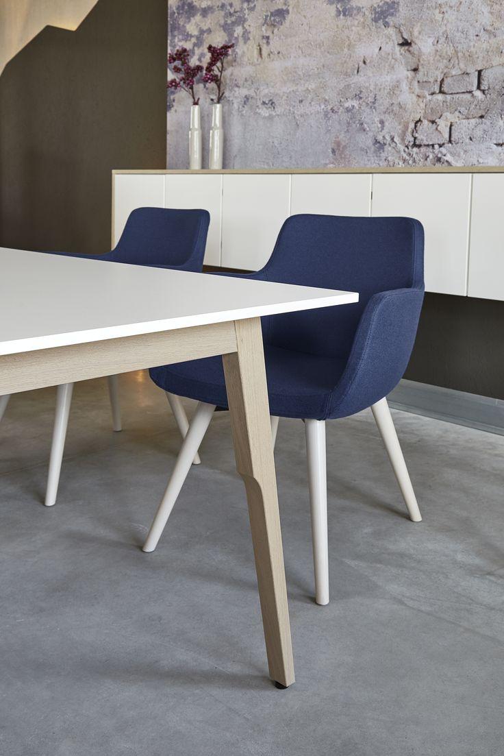 Schreibtisch Sox von Febrü: Das elegante Holzgestell von Sox wirkt modern. Die dünne weiße Tischplatte scheint auf dem Holzgestell zu schweben.