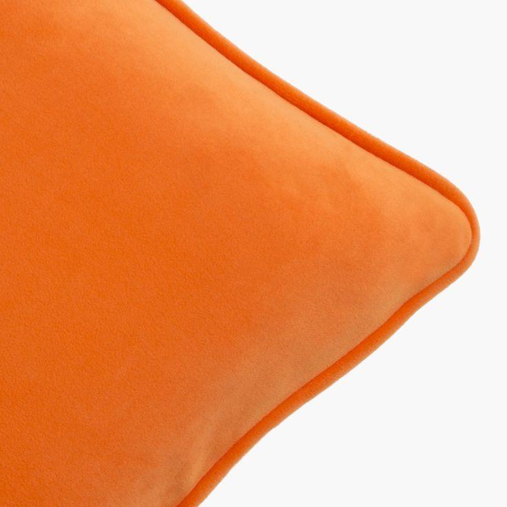 Cojín de terciopelo naranja. Orange velvet cushion.