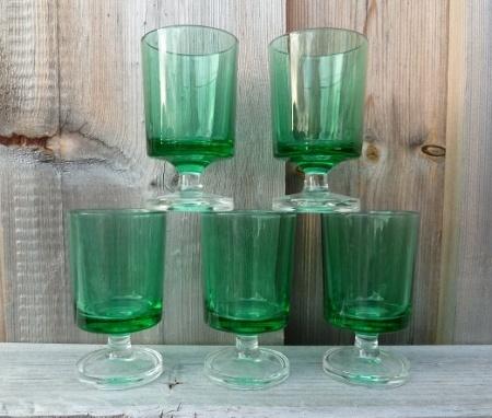 Retro grønne likørglass med stett.