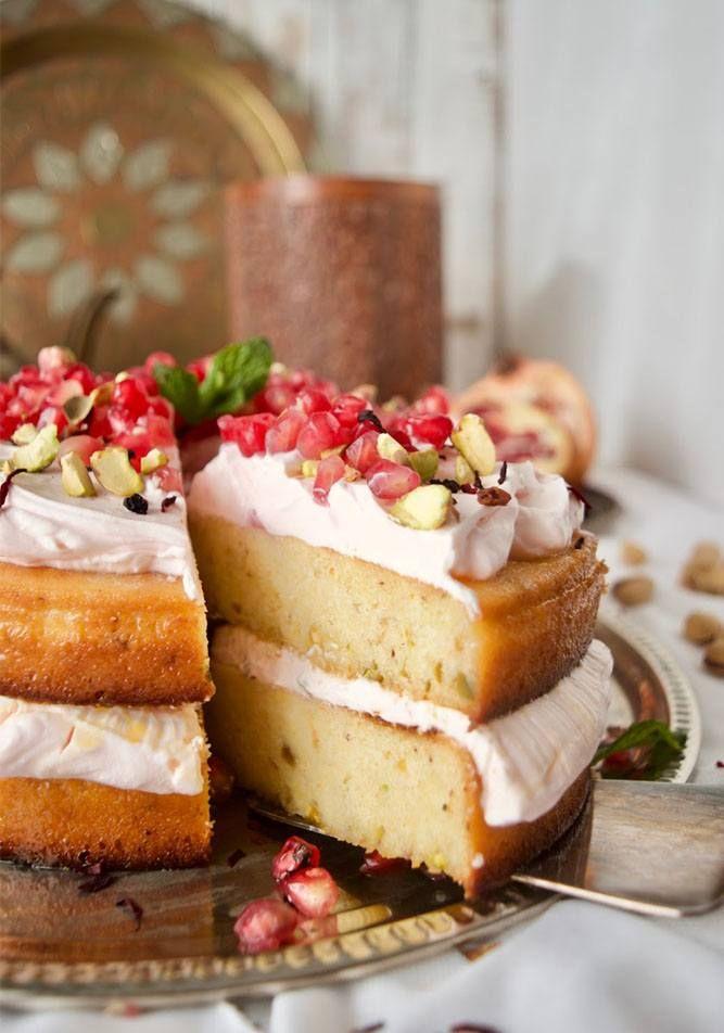 Pastel de amor persa, sugerente receta que evoca sabores orientales. Incluye almendra, azafrán, cardamomo, pistachos, mascarpone, sémola, granada.