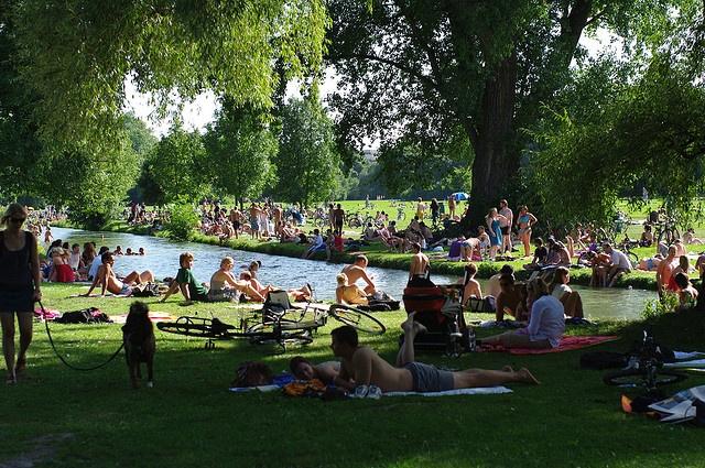 Sunny day at Englischer Garten (English Garden), in München, Deutschland (Germany).