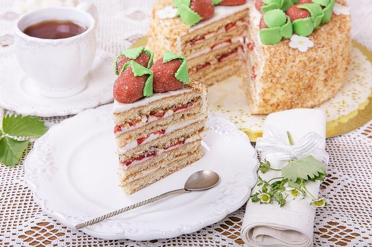 Este delicioso postre es fácil de hacer ya que no necesitas de un horno puedes hacerlo con un pastel comprado. Prueba este rico pastel de fresas con crema sin horno, te encantará.