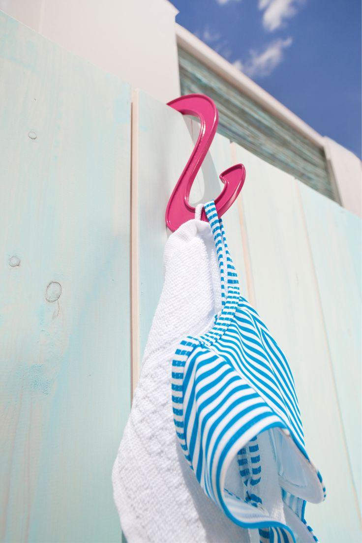 2 Ganci Hook by Koziol Werksdesign | KOZIO I ganci Hook appartengono alla categoria oggetti multifunzione di Koziol. Flessibili, colorati e pratici in bagno possono essere agganciati all'asta della doccia per appendere spugne e asciugamani, in cucina per gli strofinacci, in camera come originale 2 Ganci Hookappendino per il vostro guardaroba e, perche' no, sul terrazzo, abbinati ai contenitori Pottichelli, come colorati porta vasi! Insomma per appendere un po' tutto ci