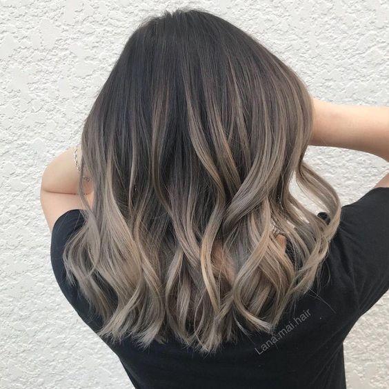 lange Haarmodelle – Dieser mittellange Haarschnitt hat lange Schichten mit abgeh…