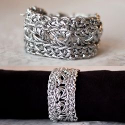An easy step by step tutorial to get your arm party on with these metallic crochet cuffs. Make it in gold, silver, or any color you desire!