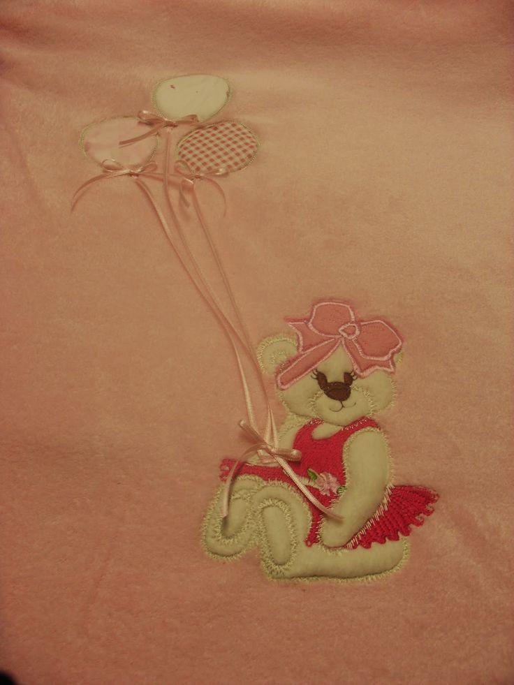 magie di cucito: COPERTA NEONATA Coperta in pile morbidissima per neonata  Mi è stata commissionata una copertina per neonata ...ho realizzato questo plaid in pile rosa confetto ...per abbellirlo una tenera orsetta con tre palloncini tutto in applique ...realizzato in macchina da ricamo JANOME