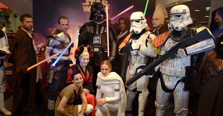 """Membros de vários fã-clubes de """"Star Wars"""" prestigiaram o lançamento de """"Kinect Star Wars"""", game lançado exclusivamente para Xbox 360 (via UOL)"""