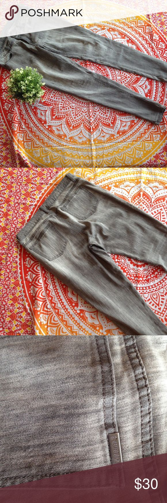 Gray Jenifer Lopez skinny jeans Wow! These gray Jennifer Lopez skinny jeans are amazing! They are super soft and flattering. They haven't been worn many times and are in great shape with no holes or rips. They do not have a lot of stretch to them. Jennifer Lopez Jeans Skinny
