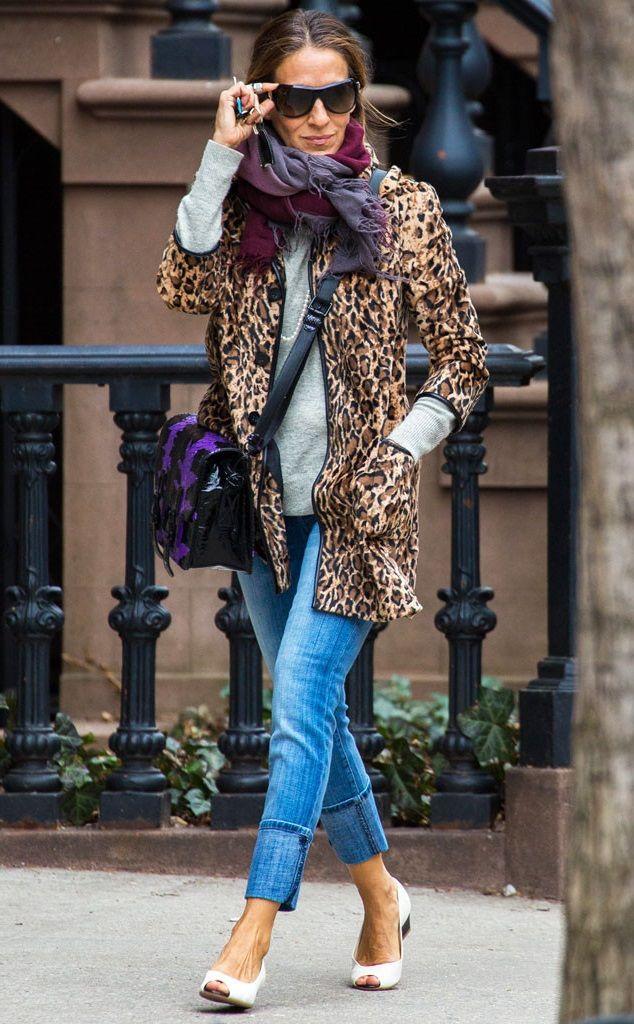 Сара Джессика Паркер в синих джинсах и пальто с леопардовым принтом