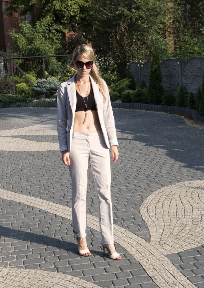 http://www.kolekcjonerkabutow.pl/2013/09/casual-business.html #buty, #sandałki, #obcasy, #nude, #elikshoe, #kolekcjonerka butów, #ćwieki, #heels  #shoes, #sandals, #suit, #garnitur, #blondynka, #strappy, #ankle strap