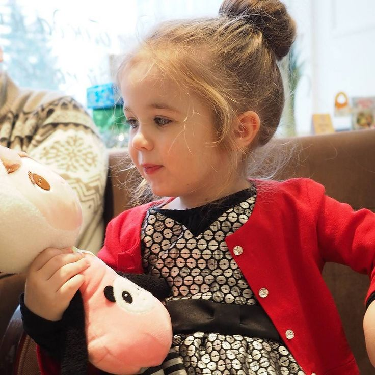 """София всегда очень радуется новым игрушкам. Когда открывала свои подарки утром 1-го января с восторгом приговаривала: """"Кукла! Это именно та кукла которую я хотела!"""" """"Это самая лучшая книжка!"""" """"Моя любимая скрипочка!"""" Вообще она очень благодарный человек и кажется очень ценит и любит все что у нее есть. Игрушек у нее довольно много при том что они рассредоточены по трем домам - еще же есть бабушки-дедушки. И даже если София давно не играла с какой-то игрушкой она может неожиданно откопать ее…"""