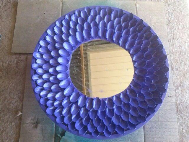 Espejo reciclado con cucharas de plastico cucharas plastico pinterest - Espejo de plastico ...