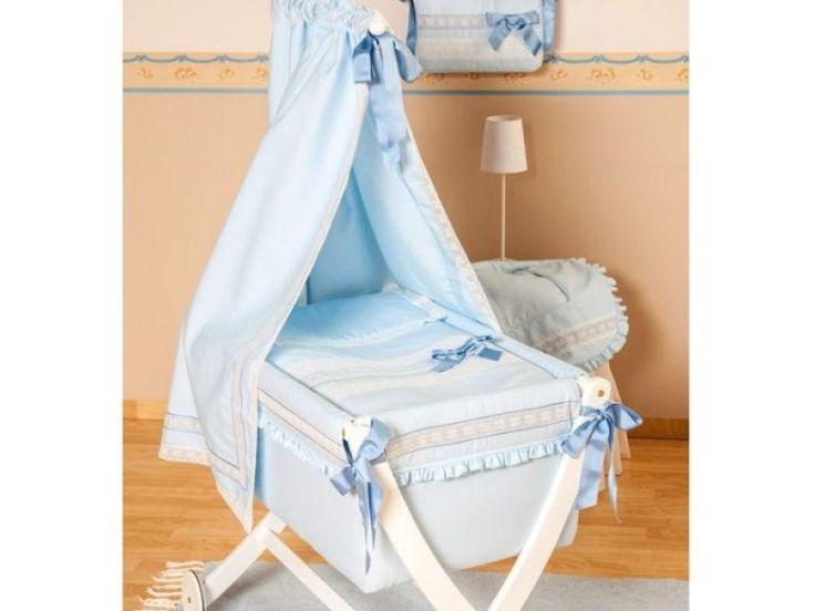 Berceau Bébé Bleu à Dentelles Blanches. Bois blanc habillage de coton bleu layette à broderies, volants et dentelle fine blanche. Ciel de lit majestueux avec un beau noeud de satin bleu. Inclus : matelas, couette, oreiller.
