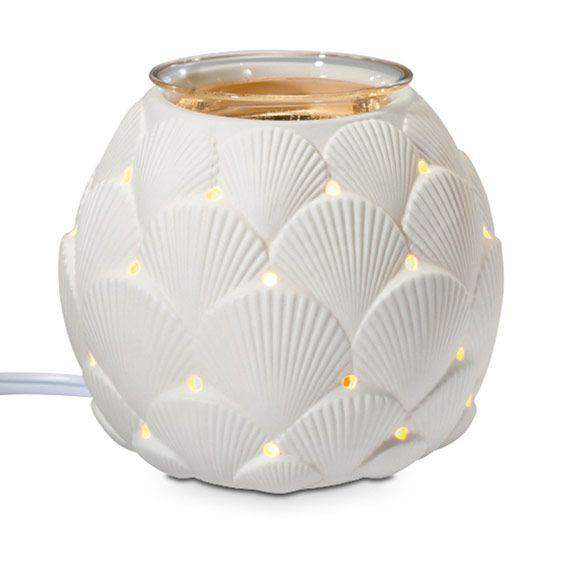 Diffuseur électrique Coquillages - Corps en céramique avec coupelle en verre.  Cordon blanc. Haut. 11 cm.