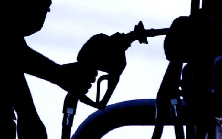 """Mexicanos cruzan frontera con Guatemala para buscar gasolina """"La crisis del suministro de gasolina y diésel en México ya propició que por primera vez en la historia de Guatemala este tipo de comercio ilegal invierta su flujo y que ahora fluya desde el territorio nacional al mexicano"""", señala el periódico Prensa Libre. // Estados Unidos no es el único lugar en el que los mexicanos buscan gasolina más barata tras el alza en el precio del combustible, ya que Guatemala."""