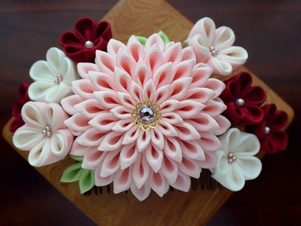 ピンク色のダリアに、 アメジスト色のスワロフスキーがキラリと輝く、コーム式の髪飾りです。 桃・白・臙脂系、3種類のお花達と葉っぱを添えて、 ダリアが舞踏会を楽しむ姿をイメージしました。 上下逆さまにご使用いただいても、綺麗に見えるようデザインしております♪ 華やかな配色で、振袖や袴、ドレスなど、 卒業式、成人式、結婚式、パーティー、2次会、初詣にもおすすめです(*˘︶˘*).。.:*♡ https://tetote-market.jp/creator/shizuka29/jq2125430917/