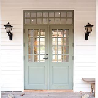 Linollemålad grön pardörr med överljus. #dörr #ytterdörr #byggnadsvård…