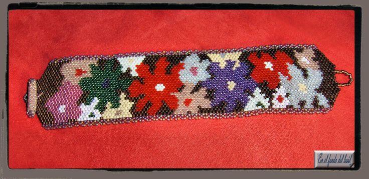Manchette Primavera - Pieza con delicas Miyuki de diversos colores y cierre integrado del mismo material.