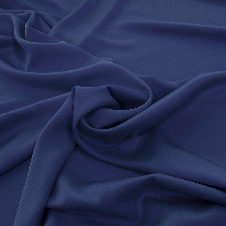 Tela New Crepe Satén Azul Noche. Compra tela online crepe satén para vestidos de fiesta elegantes de color azul noche. Descubre nuestra nueva crepe satén más fino, de textura suave y sedosa, con mucha fluidez y caída excelente. Tela satinada ideal para la confección de vestidos de noche largos, faldas con mucho movimiento, pantalones Palazzo y jumpsuits, para uso diario y para ocasiones especiales. Tela crepe satinada azul noche para vestidos de fiesta y ceremonias.