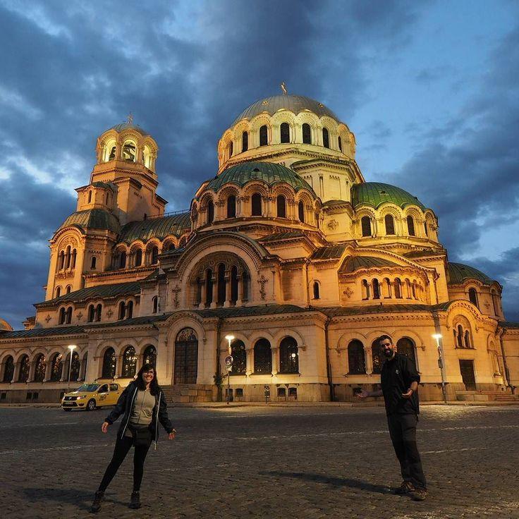 Comienza nuestro viaje por Bulgaria! Los próximos 15 días estaremos dando vueltas por este país. Hemos iniciado la ruta en Sofía la capital. No teníamos grandes expectativas pero nos ha sorprendido gratamente. Su gran joya es la catedral de San Alejandro Nevski. Impresionante! #apuntesBulgaria [Foto y texto de nuestra cuenta de Instagram. Síguenos allí -> @apuntesviajero]