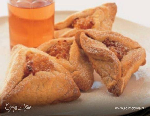 Оменташен — это такое треугольное печенье, которое пекут на Пурим — праздник, связанный с историей Эстер, Мордехая и Амана. Готовят «уши Амана» (другое название этого угощения) как из бисквитного, так и из дрожжевого теста с разнообразными сладкими начинками.