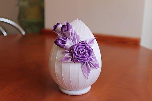 Biele vajíčko s fialovou ružičkou