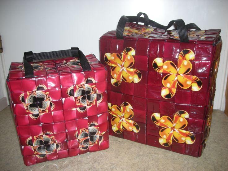 Sarin värkkäyksiä. Blogissa kuvia muistakin hienoista tällä tekniikalla punotuista laukuista.