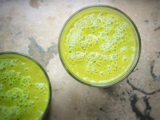 """Grüner Smoothie mit Avocado - Grüne Smoothies erleben zurecht einen Hype. Sie ersetzen morgens Frühstück und Kaffee, für Abwechslung ist gesorgt solange es genug Obst und Gemüse gibt und sie eignen sich perfekt für """"on the go""""..."""