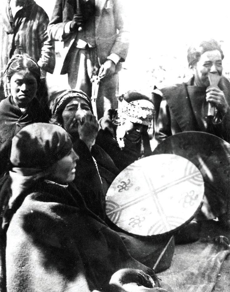 """Machi de la provincia de Cautín.""""Para los mapuche, el sistema de salud es entendido como el funcionamiento armónico de los aspectos físicos, mentales y espirituales de una persona, el que, además, está en armonía con el medio ambiente, sociocultural y natural."""