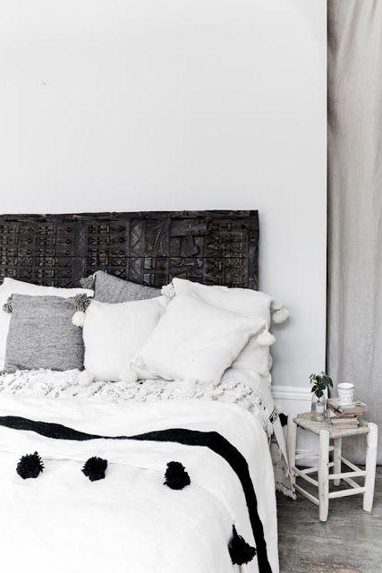 esencia nómada. pompon blanket, taburete de madera y handira marroquí. dar amïna