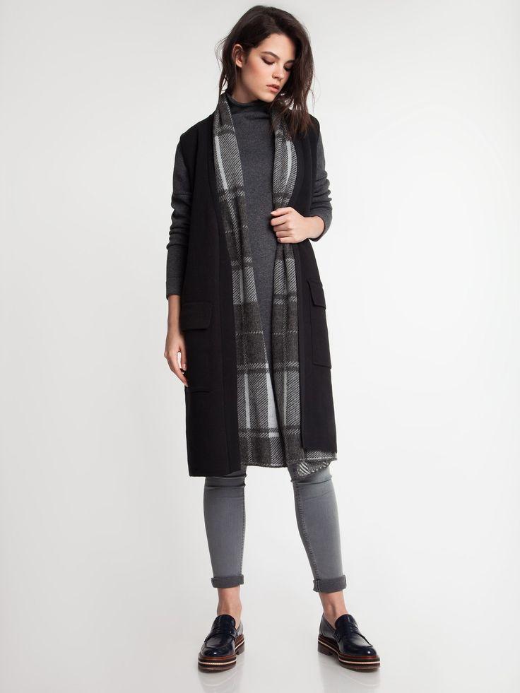 Женская коллекция. Удлиненный шерстяной жилет прямого силуэта, английский ворот, квадратные накладные карманы чуть ниже линии.Laplandia For Women