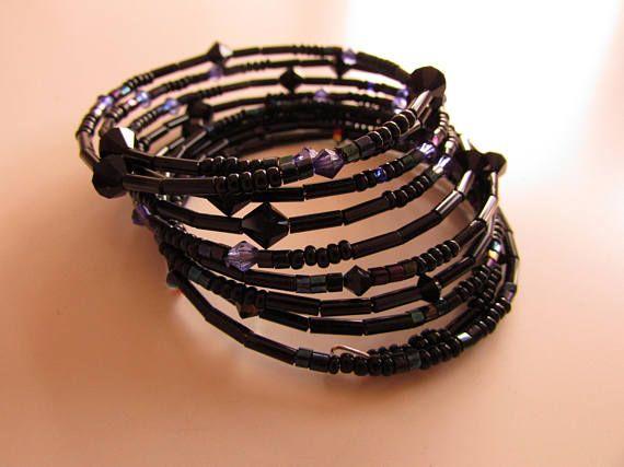 Bracelet en fil mémoire de forme avec des perles à facette