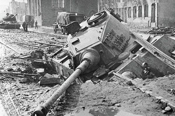 Berlin 1945 Ein auf einer Miene gefahrener Panzer in der Berliner Straße. ( bad translation, I think it reads; Berlin 1945 A Panzer face down in a street of Berlin. ) King Tiger Henshel Turret