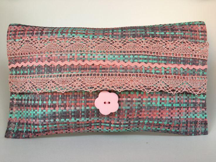 Bolso de mano hecho con un mantel individual. Podéis ver como se hace en mismanitasblog,com es muy sencillo