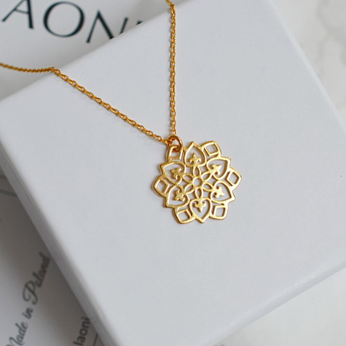 Biżuteria ażurowa. Zobacz na Laoni.pl https://laoni.pl/bizuteria-azurowa #biżuteriaślubna #rozety #naszyjnik #złoty #delikatnabiżuteria