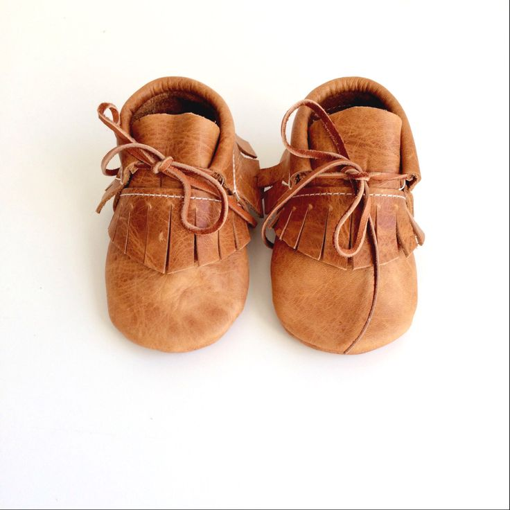 baby mocassins laarsjes / verdrietig karamel leder door ullaviggo op Etsy https://www.etsy.com/nl/listing/207127231/baby-mocassins-laarsjes-verdrietig