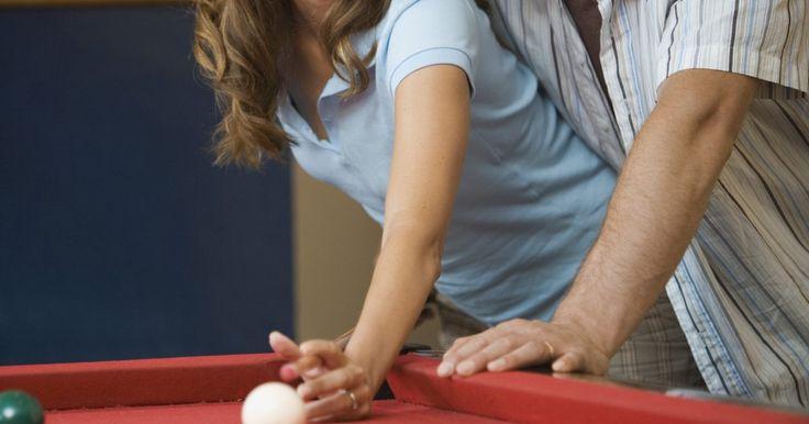 Cuáles son algunos juegos para jugar en una mesa de billar. Una mesa de billar es una forma popular para las personas de todas las edades para disfrutar de actividades en el interior. La mesa se puede utilizar para simplemente golpear las bolas, pero para los jugadores que buscan un poco de competencia, hay un montón de juegos de pool para disfrutar.