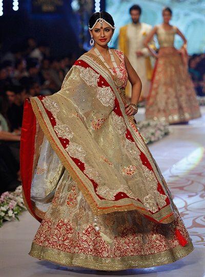 30 melhores roupas de casamento paquistanesa de Couture Bridal Week 2014 - Galeria - TheBigFatIndianWedding.com
