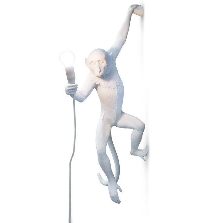 Applique Monkey Hanging - Seletti - Introduisez l'esprit de la jungle dans votre intérieur ! L'applique murale Monkey Hanging, designée par Marcantonio Raimondi Malerba, offre un véritable luminaire en trois dimensions : accroché au mur, ce singe en résine tient dans sa main une source lumineuse qui éclaire chez lui un air plus vrai que nature...