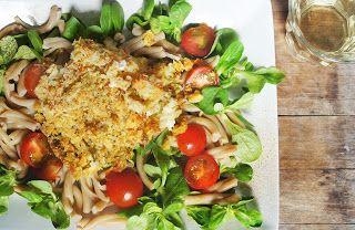 Heerlijke koolvis met een Italiaans korstje van brood, knoflook, tomaat en basilicum, met pastasalade