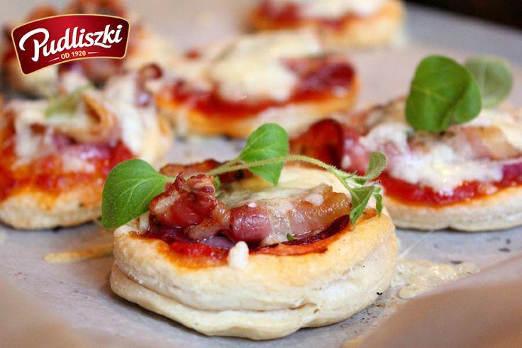 Pizzetki z boczkiem oraz sosem z płatkami czosnku. #boczek #sos #czosnek #pudliszki #przepis