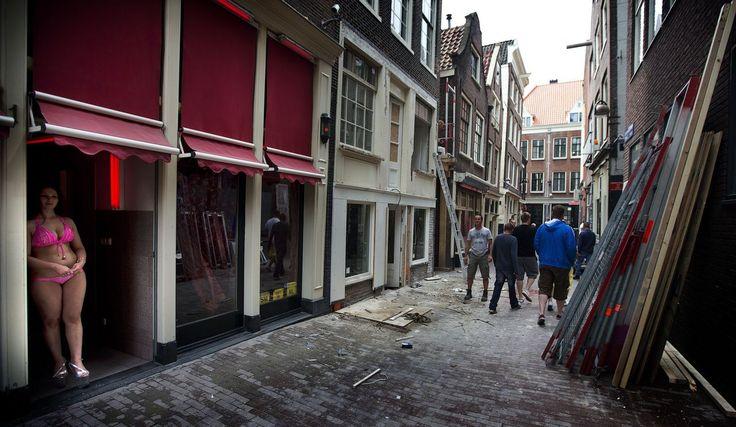 Prostituees protesteren tegen sluiting raambordelen in Amsterdam