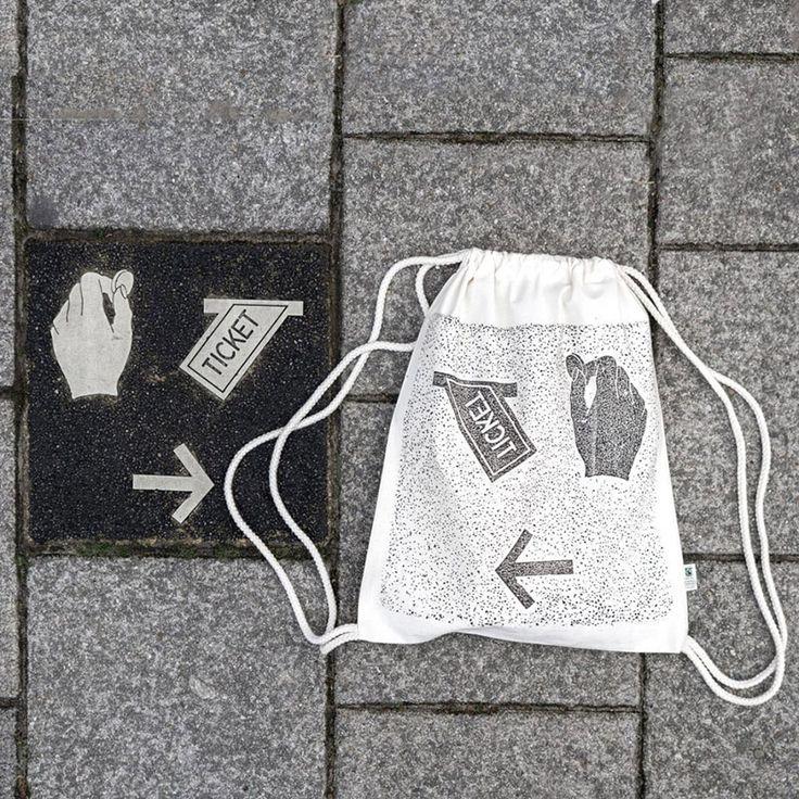 Estos alemanes utilizan el mobiliario urbano para estampar remeras y bolsos