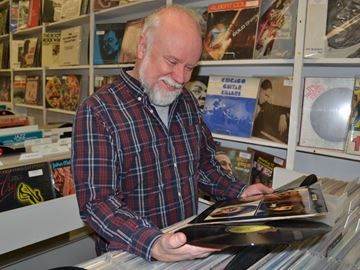 Vinyl revival strikes chord with music lovers - Invite your friends over, pull out a turntable, drop the needle on a vinyl record and you will start to understand the hype, Canadian radio personality Alan Cross says.