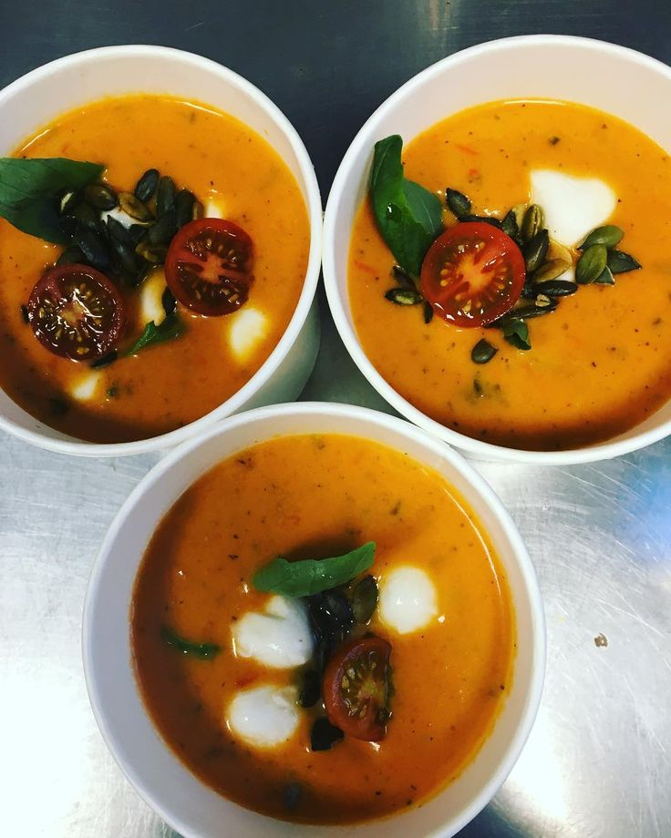 Tomat soppa med minimozzarella tomer och basilika. #soppa #mozzarella #gott #sockermajas