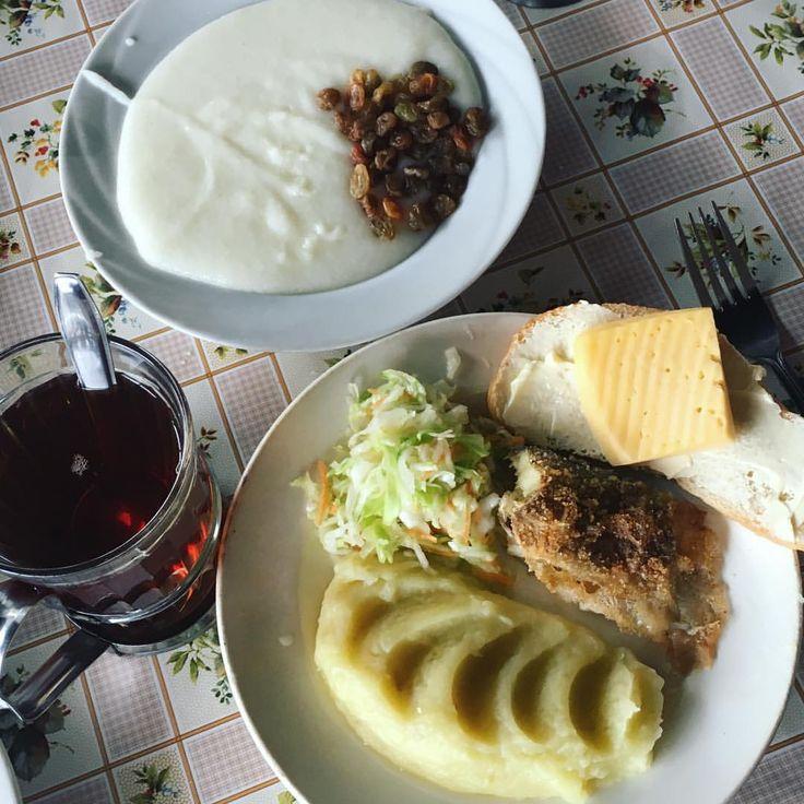 На завтрак у нас манная каша с изюмом , картофельное пюре с капустным салатом и рыбой, бутерброд с маслом и сыром, чай.