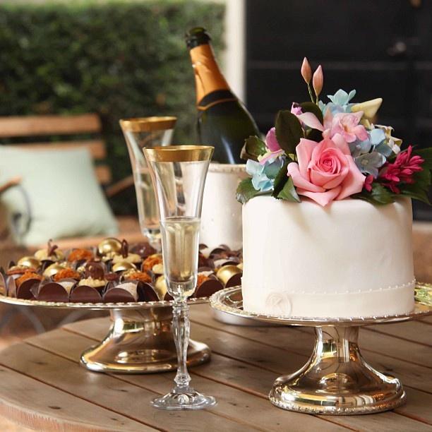 Tão gratificante para nós fazer parte do momento mais importante da vida de nossas clientes! Muitas felicidades a todas as nossas noivas!! @bouquetdemiguet @thekingcake #listadecasamento #amor #felicidade #familia #linhacoroa #listaonline #exclusivo #taniabulhoes www.taniabulhoes.com.br