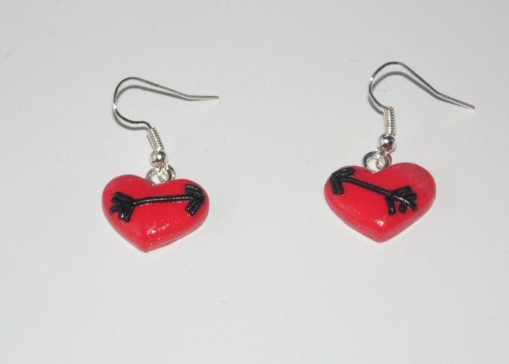 boucle d'oreille fimo coeur rouge légèrement nacré avec flèche noire : Boucles d'oreille par fimo-loucleo
